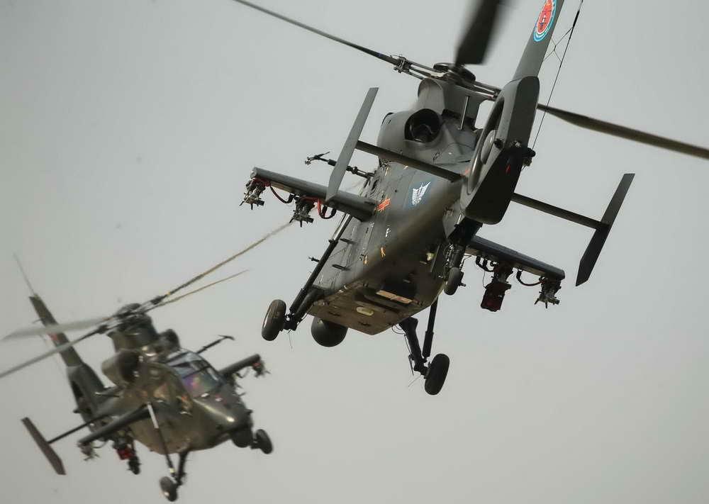 两架直升机含情脉脉相望