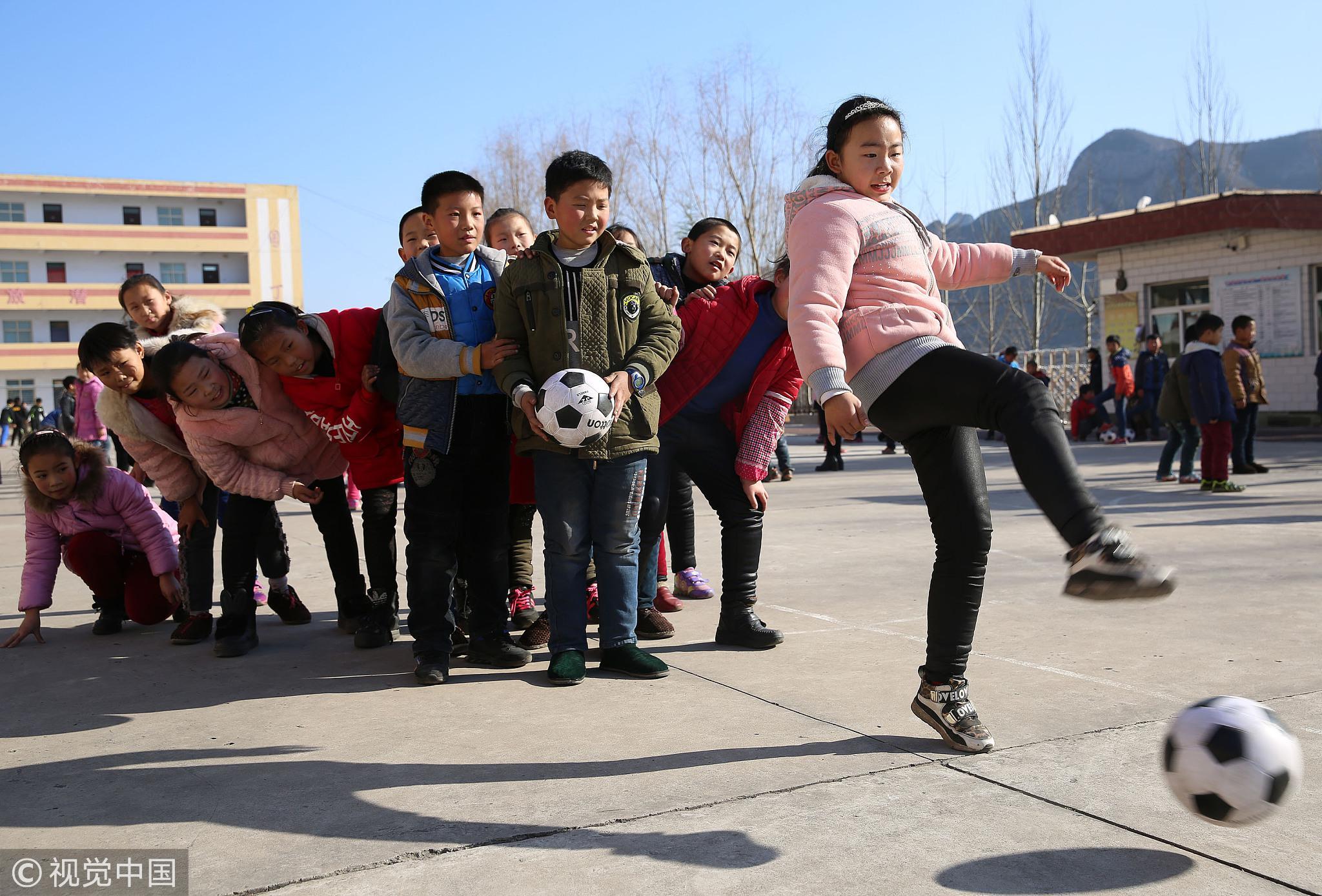 2016年12月8日,河北邯郸,涉县鹿头乡宇庄小学的学生在练习踢足球 / 视觉中国