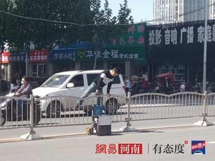 郑州整治交通违法 行人交警面前淡定翻越护栏
