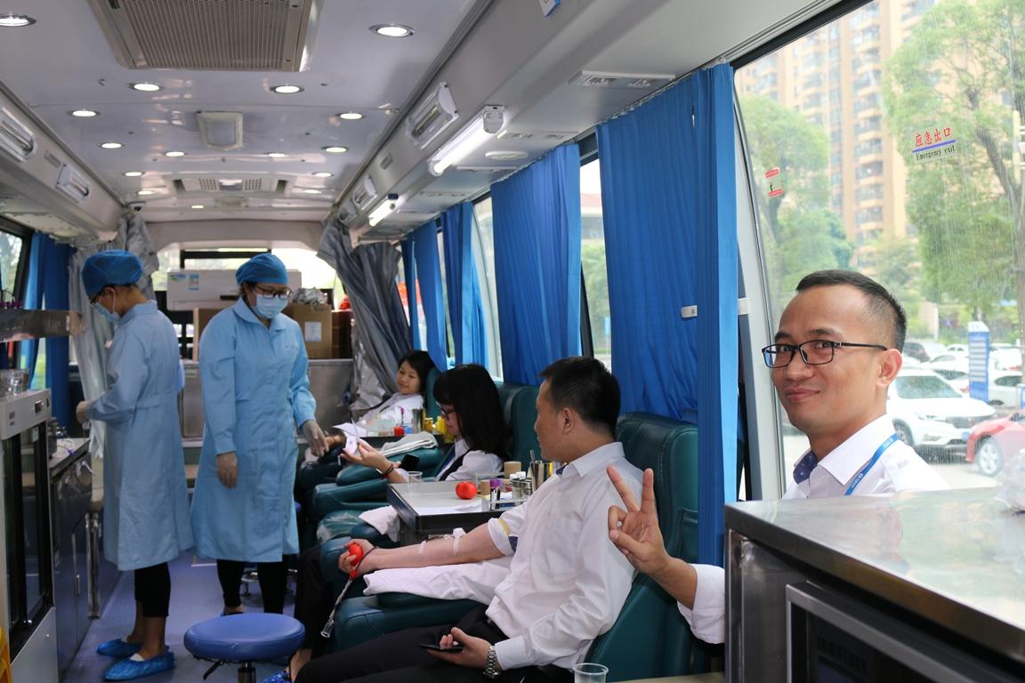 撸起袖子来献血——太平人寿佛山分公司换个方式庆祝青