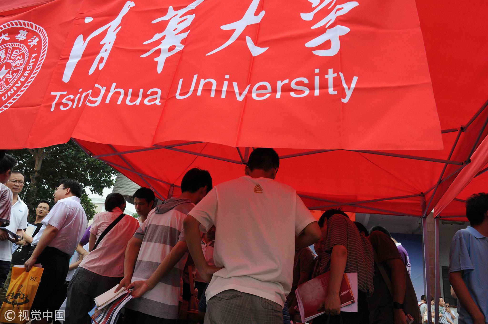 2012年6月25日,河南省高招现场咨询会河南农大举行,清华大学咨询台前围满了高分考生 / 视觉中国