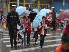 运城交警全力确保雨天道路安全畅通
