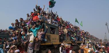 """孟加拉国日常通勤 火车""""开挂""""不堪重负"""