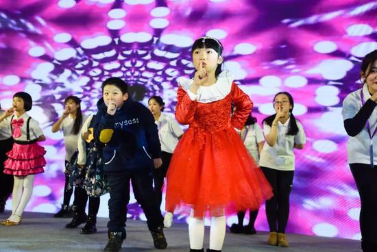 颁奖典礼现场小选手们带来了集体舞《Baby Shark》
