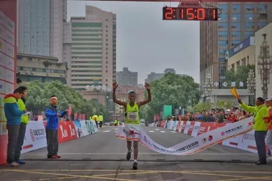 男子全程马拉松冠军冲线