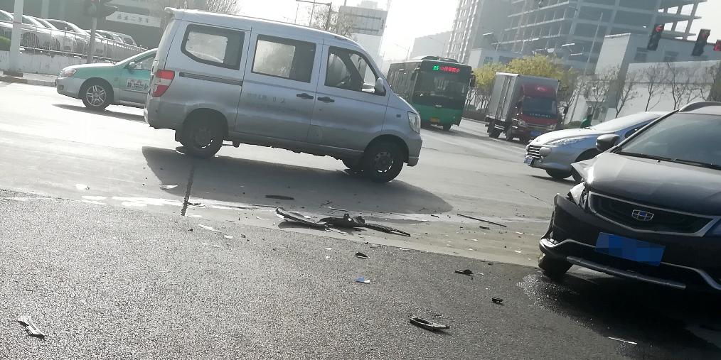 长治高新区十字路口两车相撞 无人伤亡