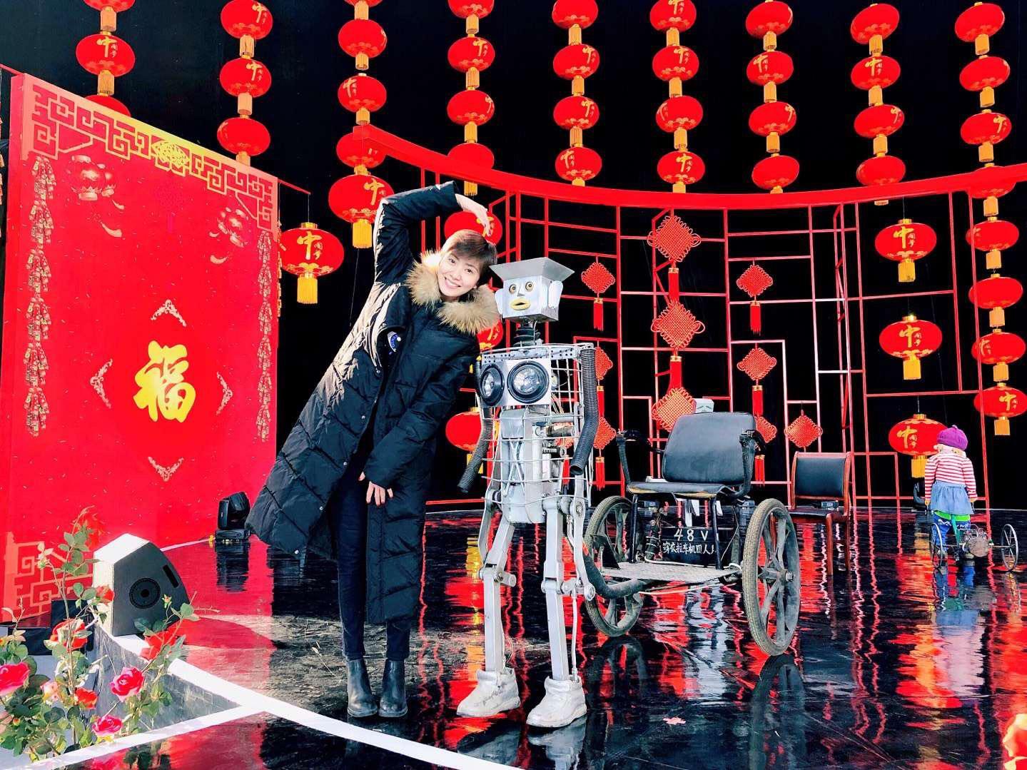 智能机器人现身 主持人紫檀素颜求合影