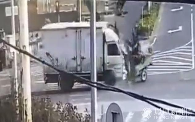 下一秒,三轮车上的一群人遭卡车撞飞