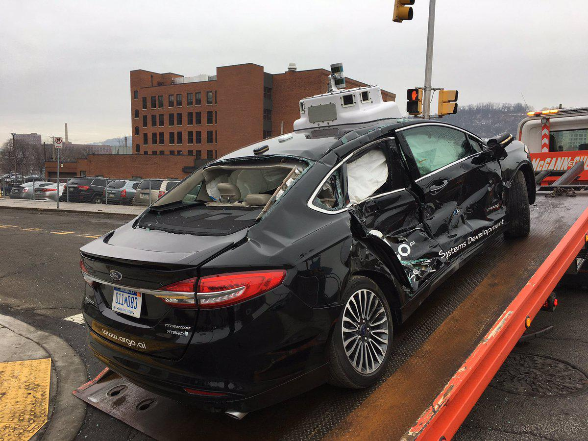 美无人驾驶测试车被闯红灯货车撞击 乘客被送医院