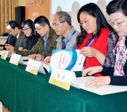 中小学英语教育产业联盟启动仪式,联盟成员代表上台共同签署合作备忘录。
