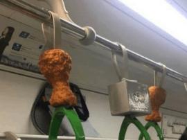 """韩国地铁将扶手换成""""炸鸡"""" 这下吃货们炸了"""