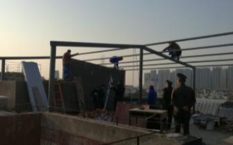姑苏区居民楼顶违章搭建 占用公共区域影响采光