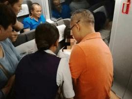 高铁上女乘客突发癫痫 这十几位顺德医生站了起来