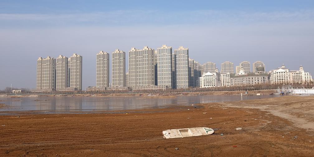 潮白河畔燕郊城:一侧高楼林立,一侧破败荒芜