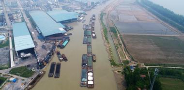 江苏淮安洪泽湖水位下降 船舶堵在河道