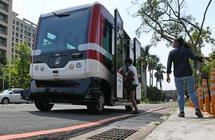 台湾首辆无人驾驶巴士上路测试