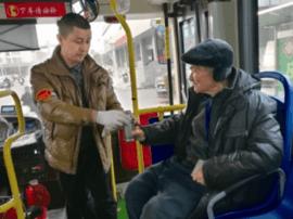 公交司机华锦桂:尽职尽责 搀路边受冻老大爷进车厢