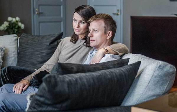 莱科宁携爱妻拍杂志写真