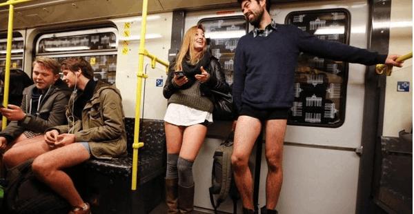 他们脱掉了裤子,只想给陌生人带去快乐.