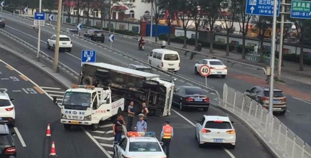 北三环京承高速入口一货车侧翻 拥堵近2公里