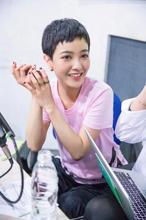 郭采洁突袭校园广播站 热闹搞怪展活力