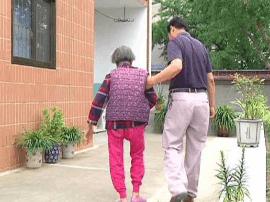 朱惠泉登门认亲:照顾亡父前妻26年如一日