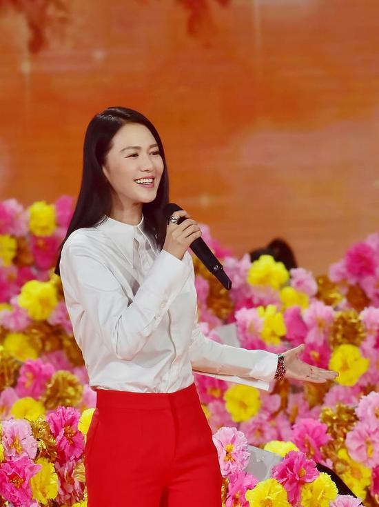 歌手谭维维五台春晚加身 堪称春节霸屏女神