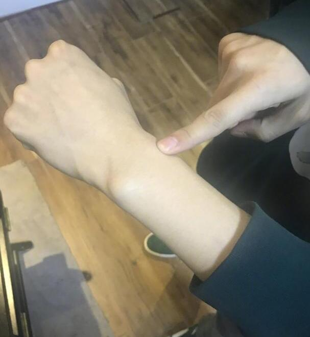 """套路深!张艺兴七夕前指着手腕""""表白"""":我的表白吗"""
