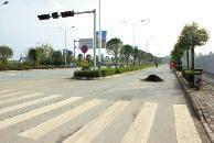 两男子骑摩托车撞上50厘米高沥青堆 飞出近20米