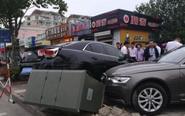 女司机错把油门当刹车 撞上高压配电箱