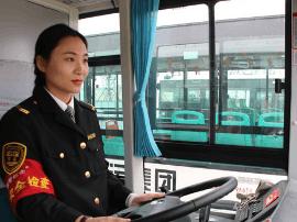 18岁考驾照25岁开公交 90后女司机颜值高
