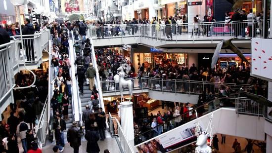 美国感恩节电商销量超15亿美元 实体店人潮汹涌