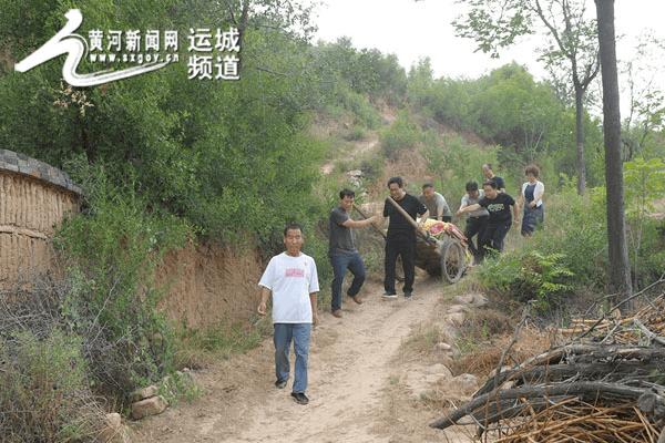 闻喜县环保局为山区农民抗旱送化肥