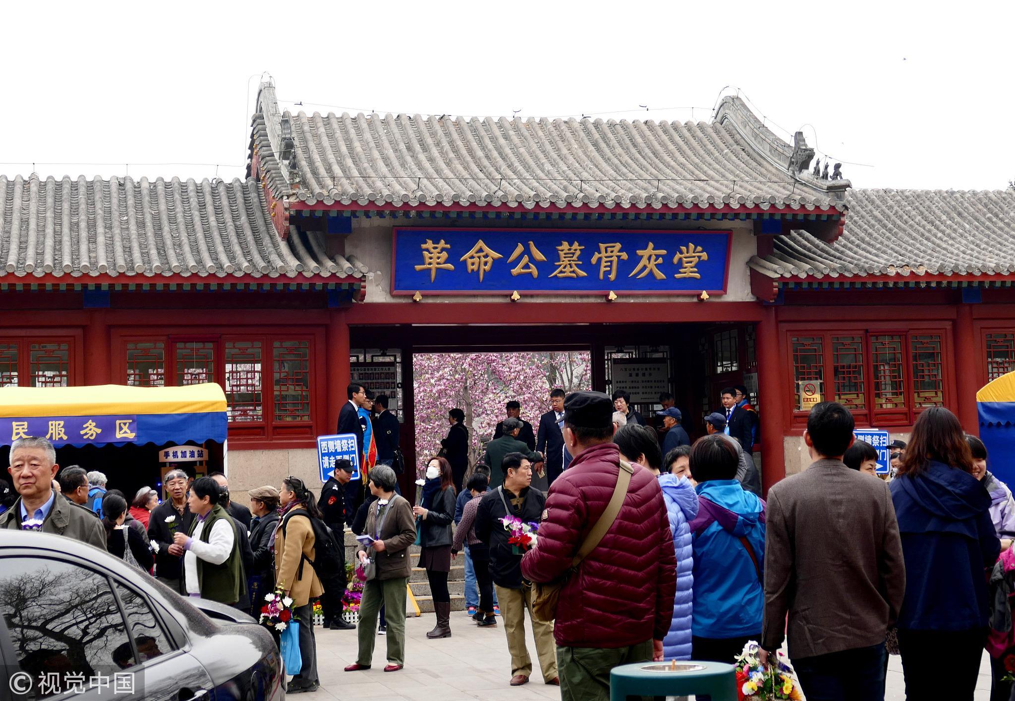 2017年4月4日,在北京八宝山革命公墓,市民前来扫墓。/视觉中国