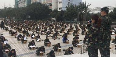 高校千人露天考试 老师用望远镜监考