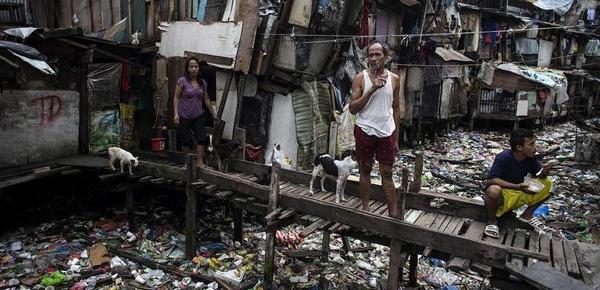 """揭秘菲律宾贫民窟生活 """"垃圾河""""触目惊心"""