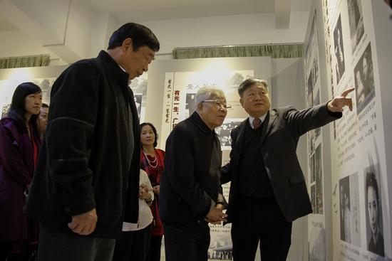 王庭槐校长(右一)为吴老讲解周有光先生的学术人生
