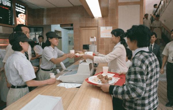 """肯德基在华发展之路:从""""人间美味""""到快餐食物"""