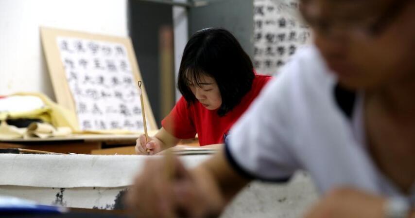 咸阳一高校学生用小楷书写家书 每月一封