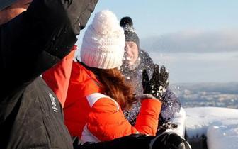 身怀六甲的凯特王妃寒风中逛滑雪场