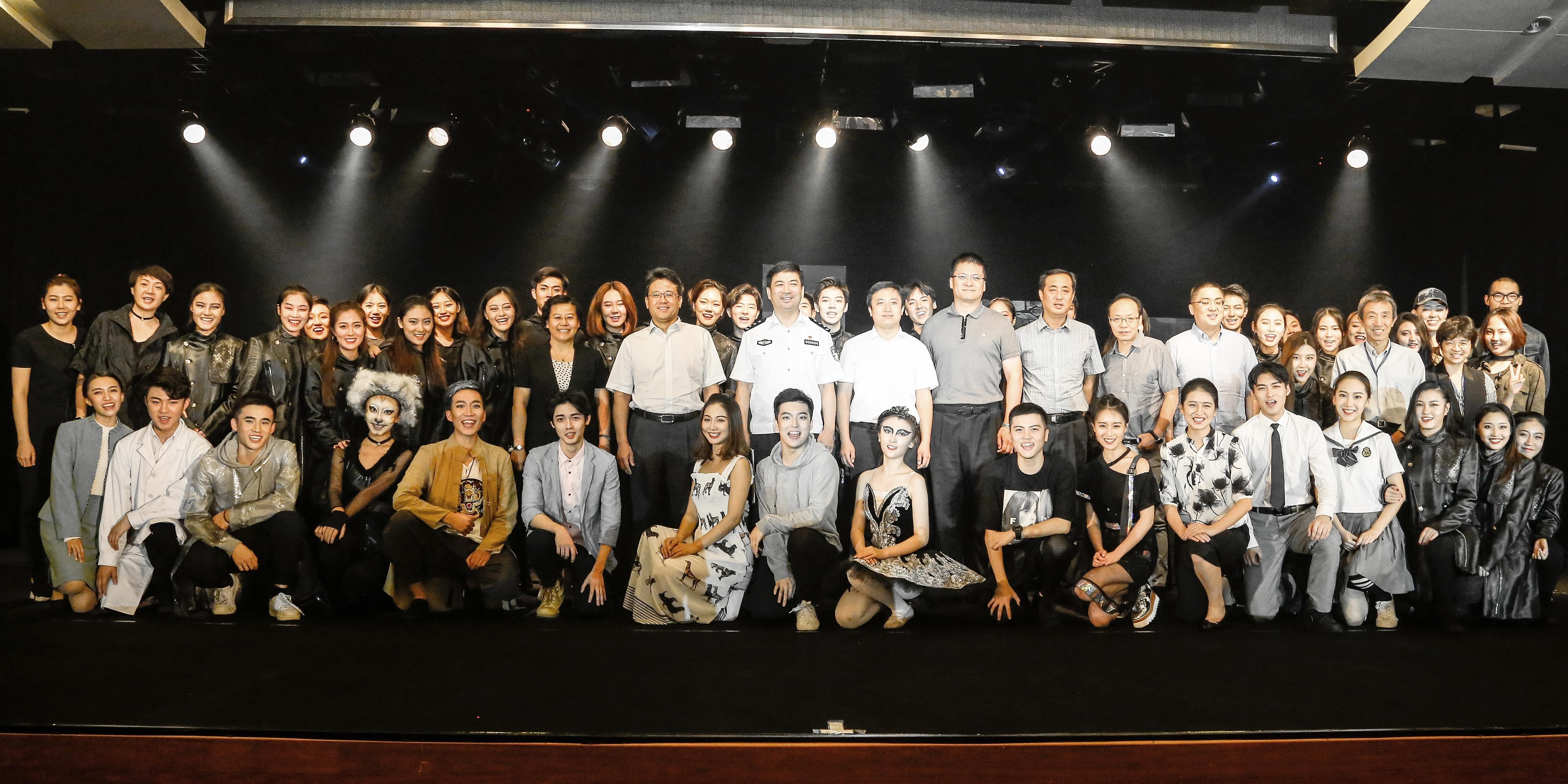 6、北京禁毒办、市教工委、团市委领导与参加演出活动师生合影