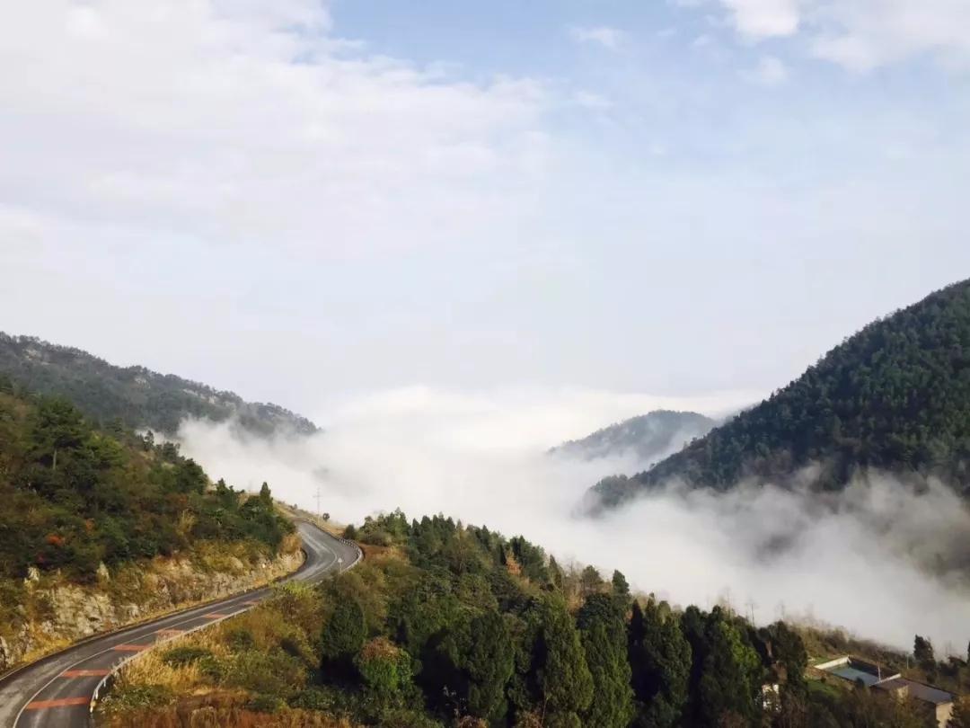 武陵山大裂谷惊现壮丽云海