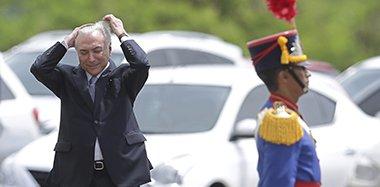 巴西总统特梅尔出席会议 遭遇大风忙捂头发