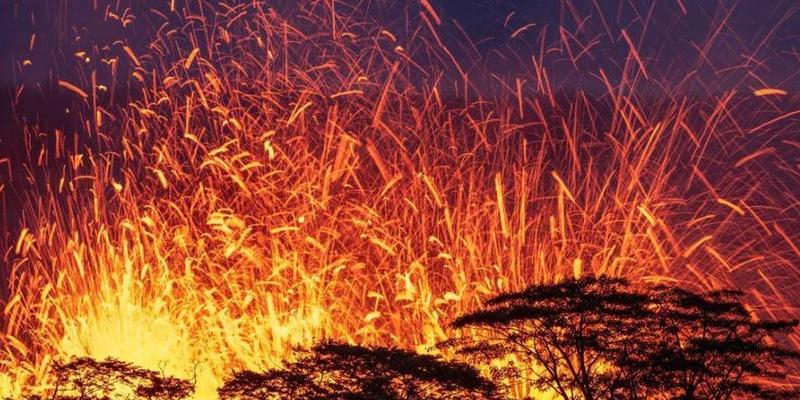 摄影师入禁区拍夏威夷火山喷发 火星四溅