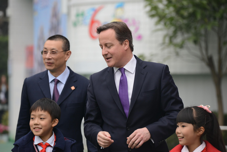 2013年12月,英国前首相卡梅伦访华,送给李克强7本书,其中一本就是威廉·威伯福斯传记。/东方IC