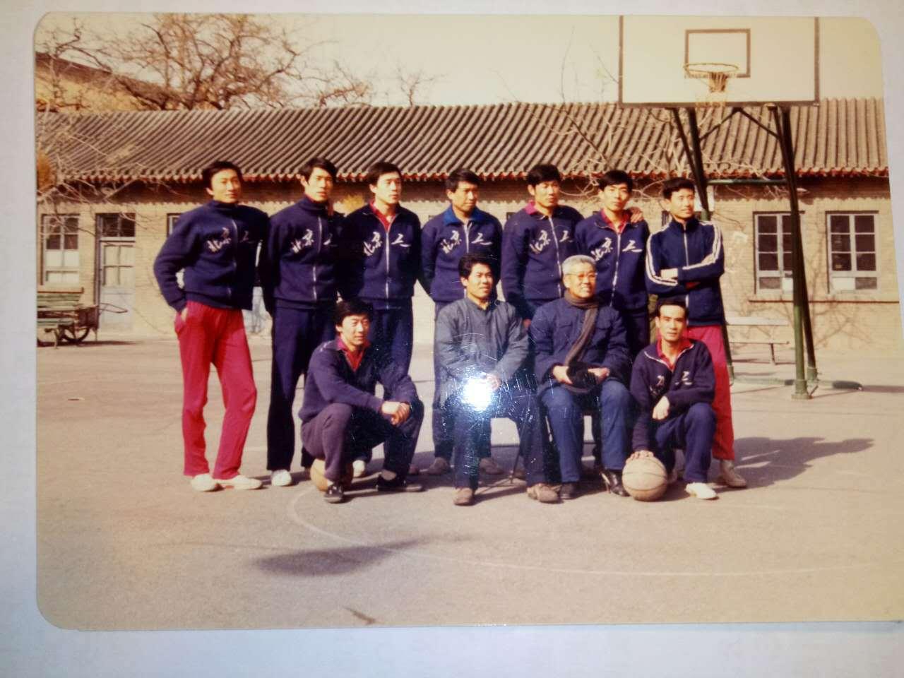 坐着的老人便是范政涛,他培养出众多名教练和名将