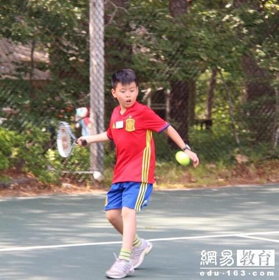 儿子跳跳热爱打网球