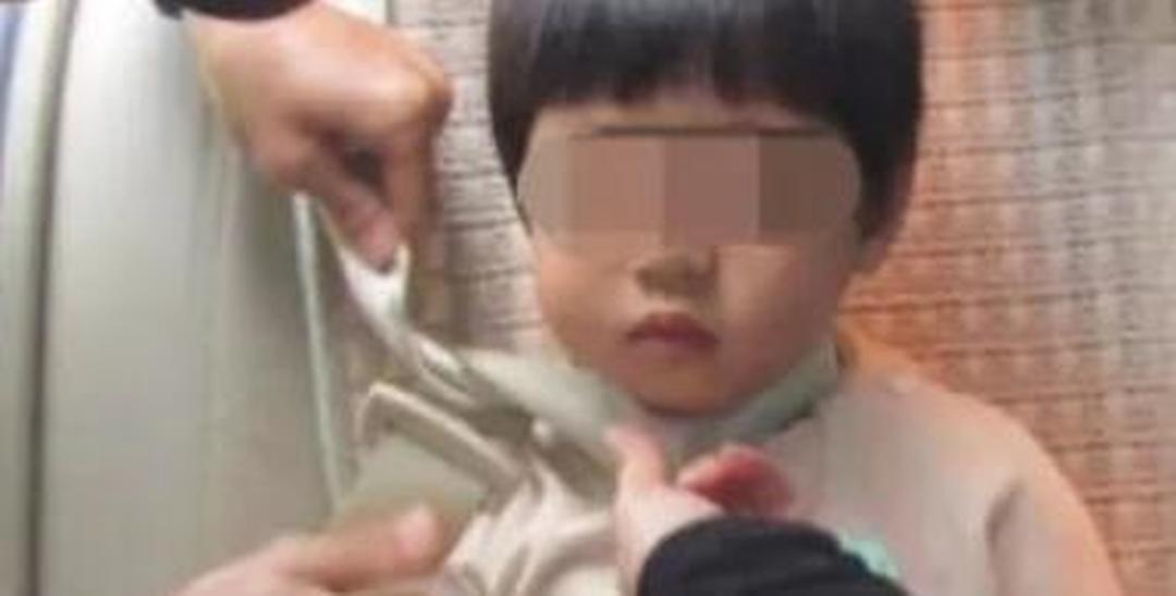 女童被安全带勒脖 交警紧急用铁枝将安全带磨断