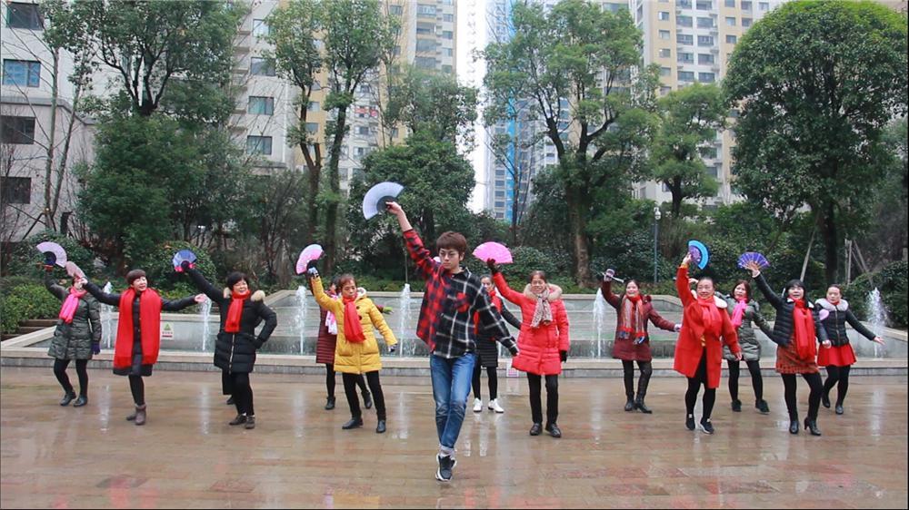 广场舞大妈争相学跳《寄明月》 SING女团引全民追