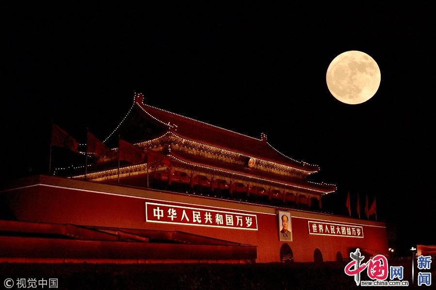 2017年12月3日,北京,农历十月十六,大风吹来京城蓝天,空气通透能见度高,超级月亮现身京城。宋佳音/视觉中国